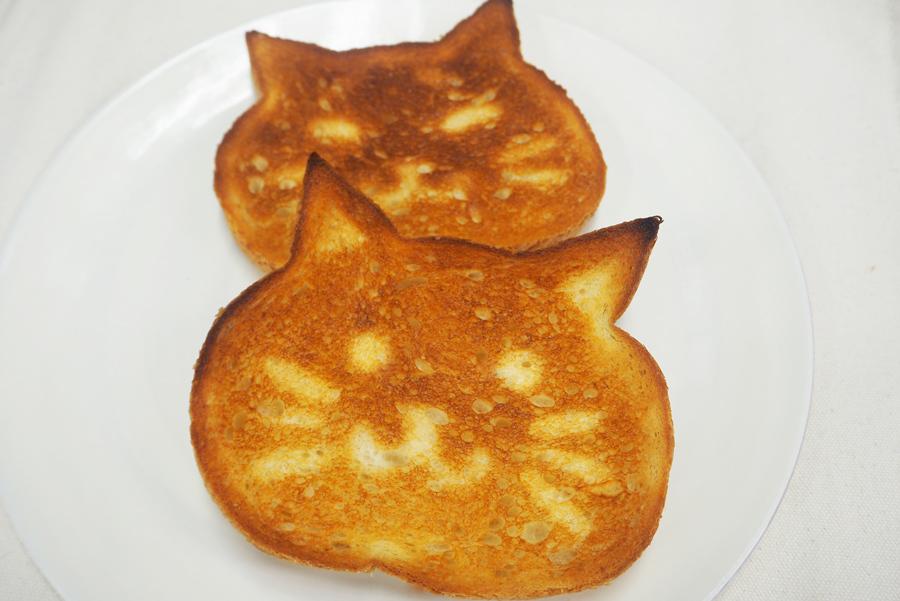 アルミホイルを顔のパーツに切り抜いてパンに乗せてトースターで焼けば、にゃんこトーストに!