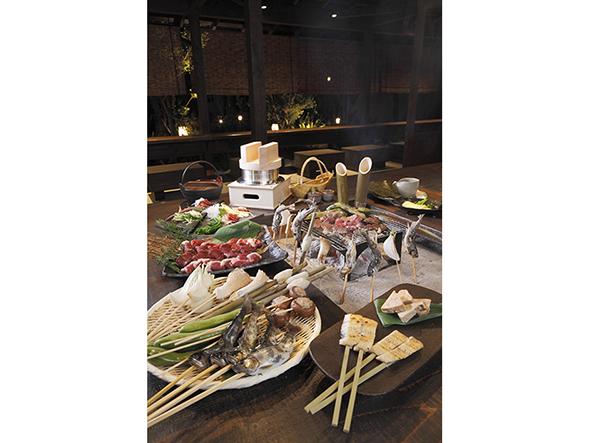 「囲炉裏料理 熾火」では、地元で採れる旬の野菜や肉、川魚を炭火焼きでいただける