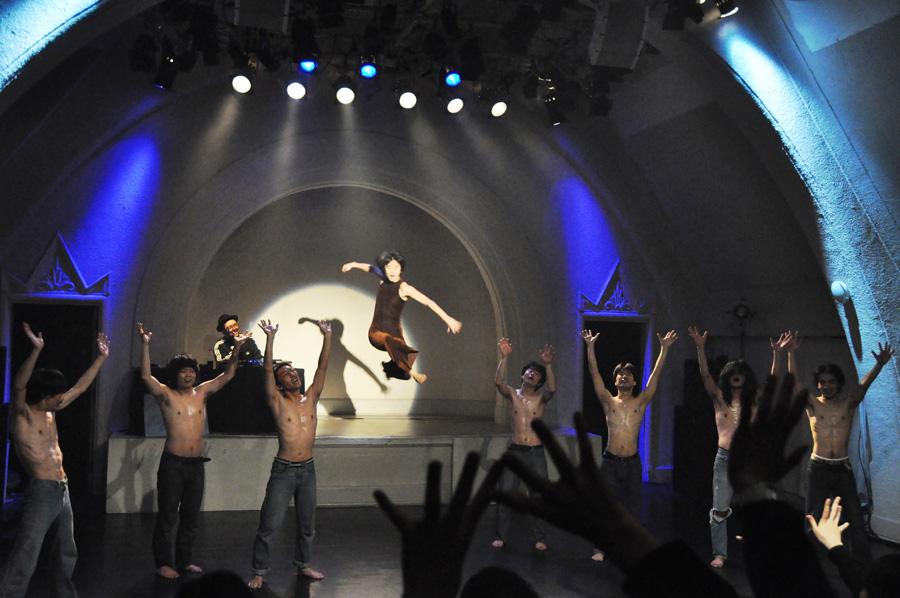 ダンスと演劇を融合した、タンツテアター(by ピナ・バウシュ)風の舞台