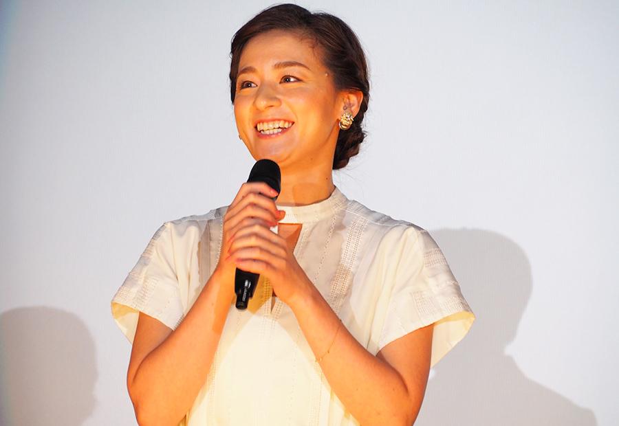 主演映画の舞台挨拶に登場した女優・尾野真千子(27日・大阪市内)