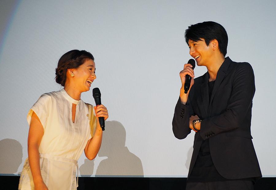 尾野真千子と向井理、終始笑顔の絶えない舞台挨拶となった(27日・大阪市内)
