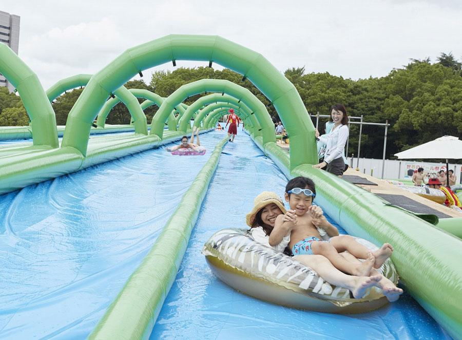 120メートルの水が流れるスライダー。有料で浮き輪もレンタルできる