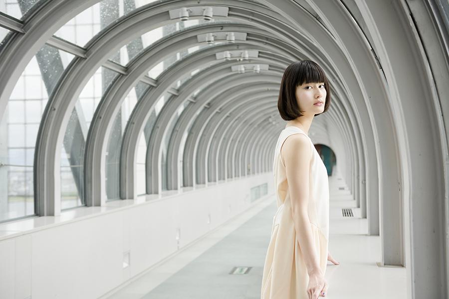 橋本愛、大阪「スカイビル」にて