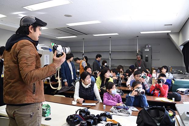 3月20日に開催された「小学生のための写真講座」の様子。作品は「イロリムラ[89]画廊」(大阪市北区)で6月7日〜12日におこなわれる「私のこの1枚」展で展示