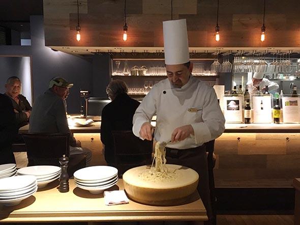 パルミジャーノ・レジャーノを丸ごと使って、熱々のパスタにチーズを絡め、目の前で仕上げてくれる「カルボナーラ・マンテーカ」