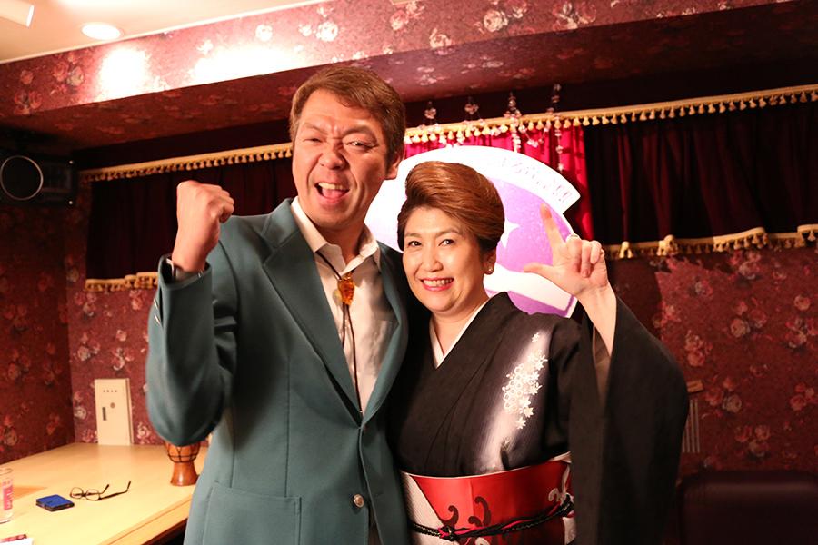 全日本スナック連盟会長の玉袋筋太郎(左)と一惠ママ