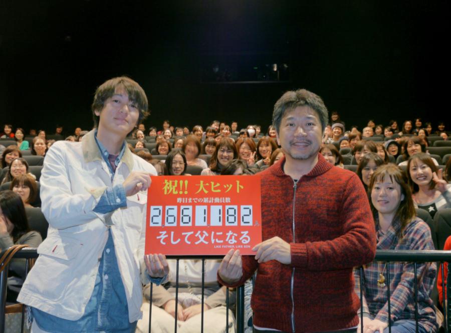 大ヒット記念の大阪ティーチインイベントに登場した是枝裕和監督(右)と井浦新