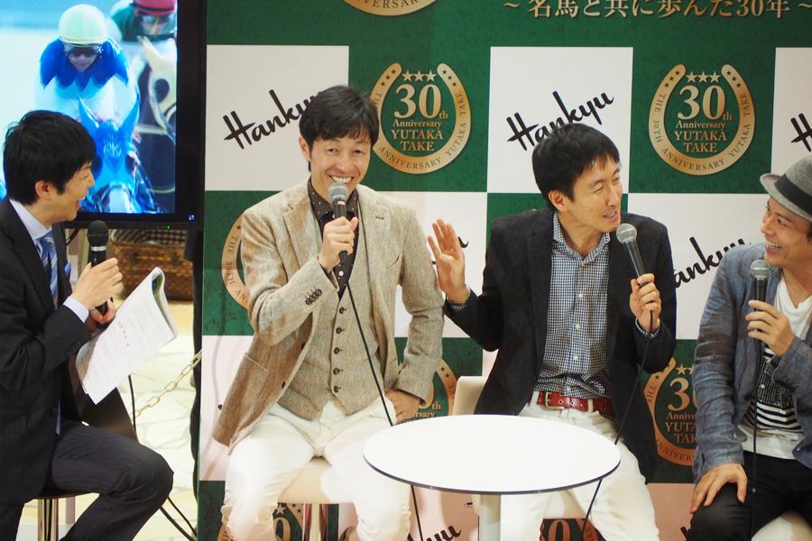 トーク中盤にはフジテレビの福原直英アナウンサーも登場し、盛り上がった(17日、阪急うめだ本店祝祭広場)