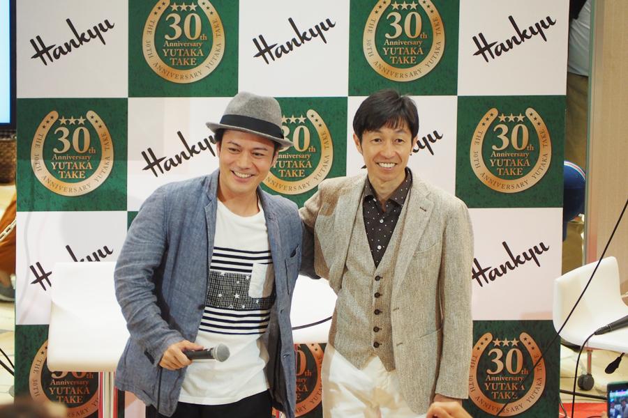 武豊騎手(右)と、シャンプーハット・こいで(17日、阪急うめだ本店祝祭広場)
