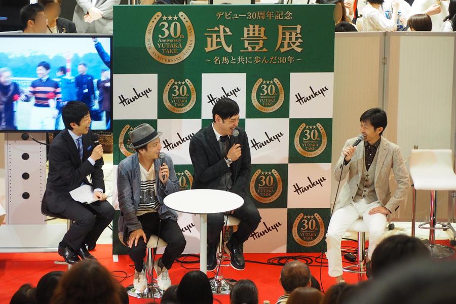 会場には約300人のファンが集まった(17日、阪急うめだ本店祝祭広場)