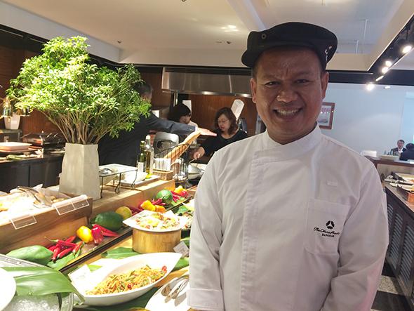 「オークラ プレステージバンコク」のシェフ、タワン・カントリーさんは果物や野菜をカットするカービングの名手でも