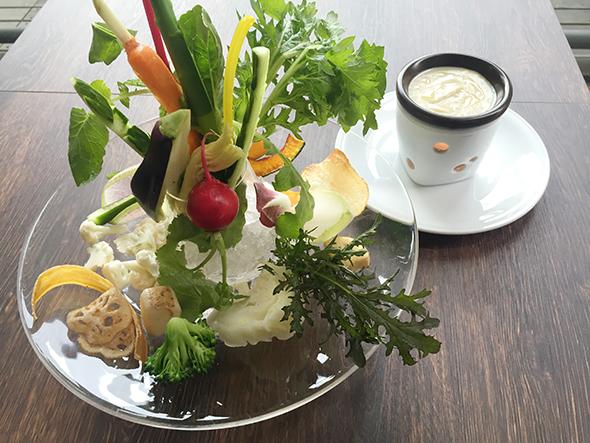 地元で収穫したばかりの新鮮野菜を使ったバーニャカウダは1058円