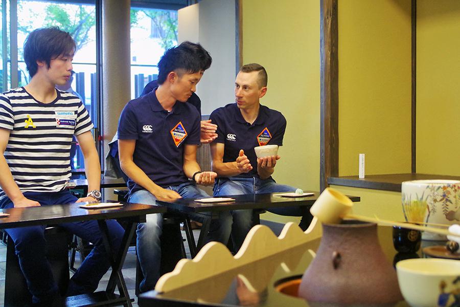 チームメイトに通訳してもらいながら本場の抹茶を楽しむイヴァン・サンタロミータ選手(20日・堺市)
