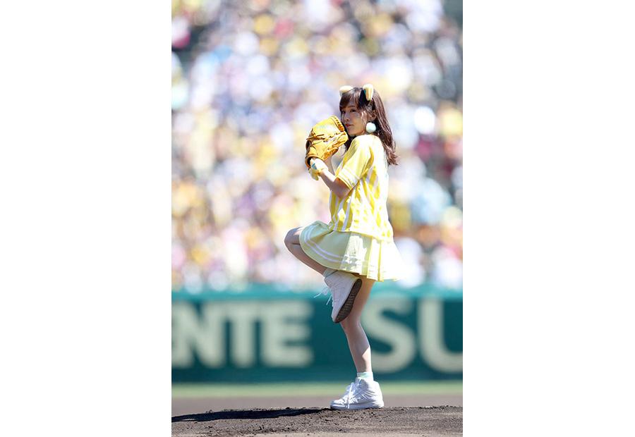 阪神タイガース対横浜DeNAベイスターズ戦で始球式をおこなったNMB48・山本彩(28日・阪神甲子園球場)