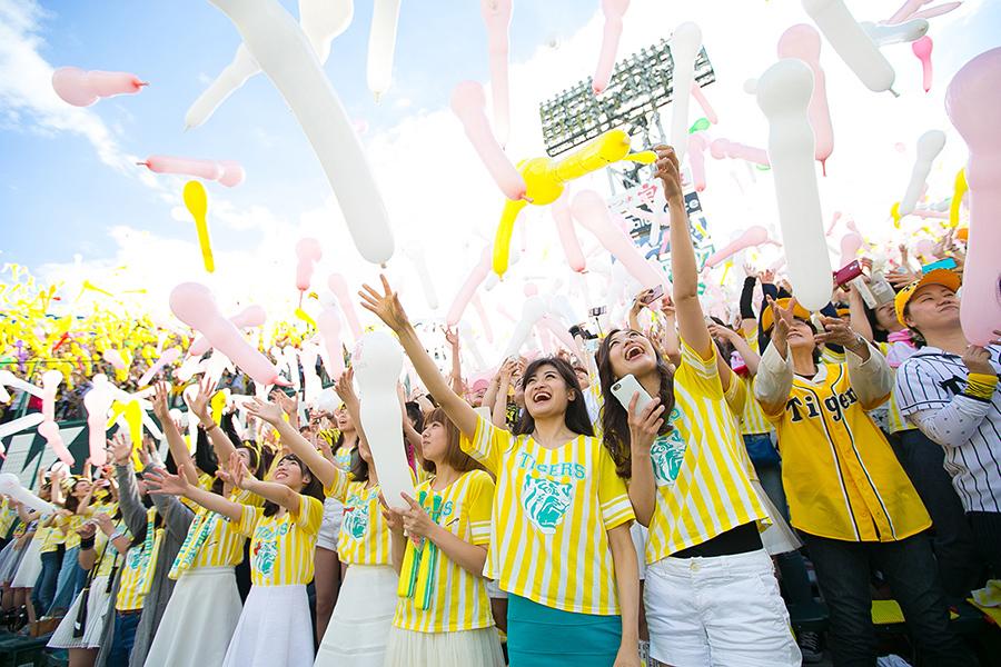 おそろいのコーデで野球観戦を楽しむ女性タイガースファンたち(阪神甲子園球場)