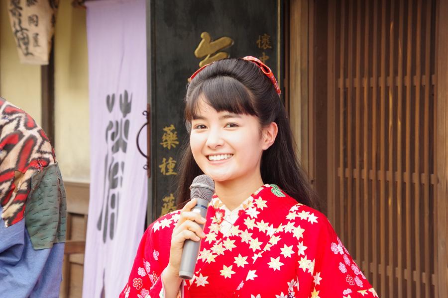 京都市内で取材会を開き、役衣裳を初披露したヒロイン・藤岡てん役の葵わかな