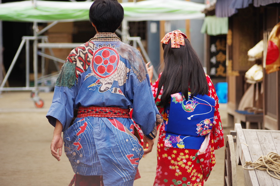 松坂の衣装の背中には鶴がワンポイント。葵の着物の帯も鮮やかだ