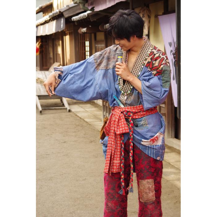 衣装の特徴を説明する松坂桃李