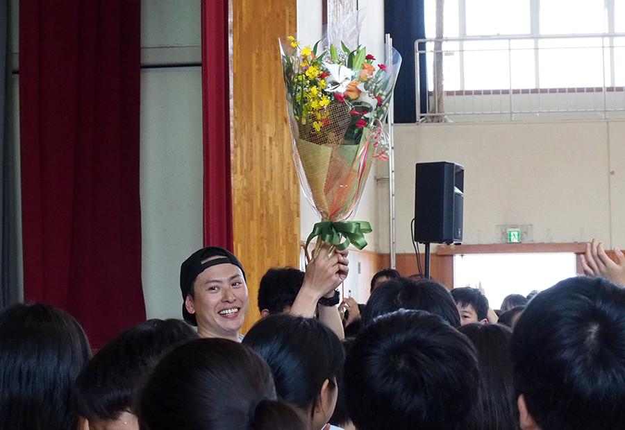 明日5月24日が32歳の誕生日という山下に、生徒から歌と花束のプレゼントが贈られた(23日・長岡京市内)