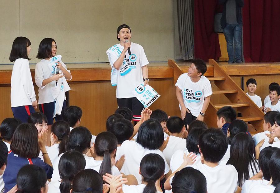 Tシャツとタオルを全校生徒にプレゼントした山下健二郎(23日・長岡京市内)