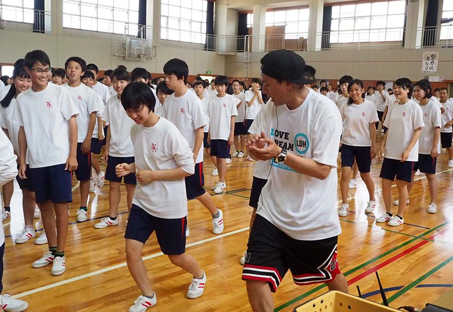 生徒一人一人に声をかけながら指導する山下健二郎(23日・長岡京市内)