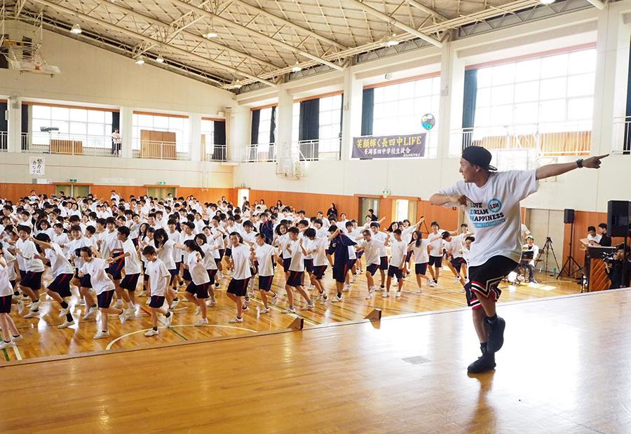 母校で全校生徒423人にダンス指導をおこなった山下健二郎(23日・長岡京市内)