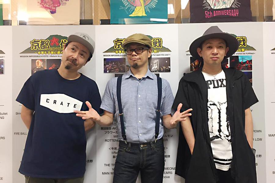10-FEETのメンバー(左からKOUICHI、TAKUMA、NAOKI)