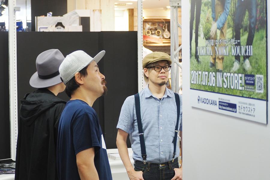 「懐かしいな〜」と話しながら展示を見る10-FEETのメンバー(30日、京都市中京区)