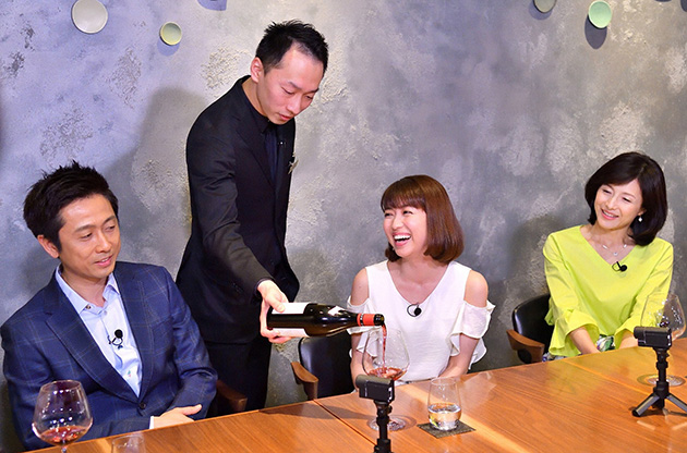 フレンチの名店(大阪市阿倍野区)でワインをたしなむ。左から、ロザン宇治原、新妻聖子、水野真紀