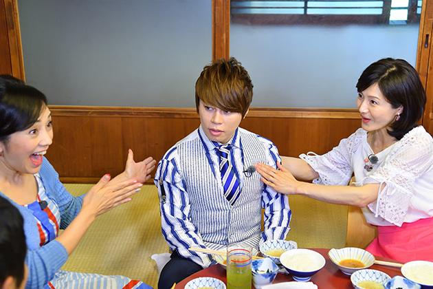 「私にはない○○が・・・」と思わずつぶやく水野真紀(右)と黄色い声を上げる西田ひかる(左)