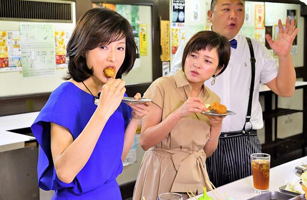 左から水野真紀、三田寛子、TKO木下が、大阪駅近くの老舗串カツ店で立ち飲み