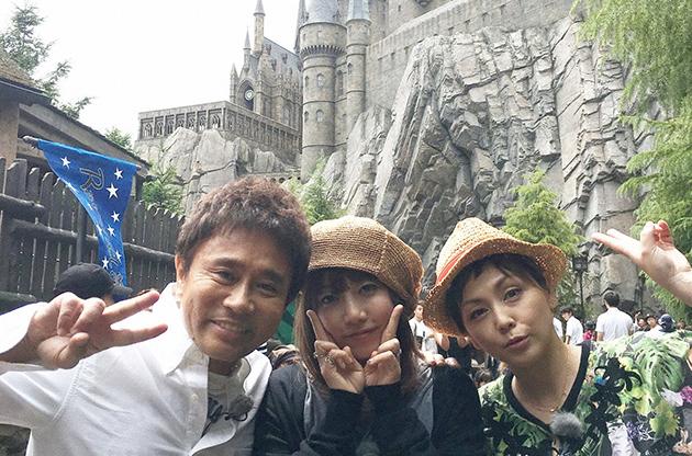 ハリー・ポッターエリアで記念撮影。左から浜田雅功、PUFFY大貫亜美、吉村由美