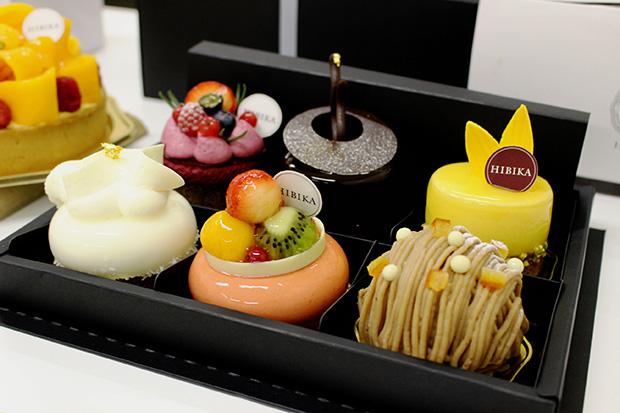 ギフトボックスは、3個入りと6個入り。好みのケーキで詰め合わせでき、写真の詰め合わせは4677円