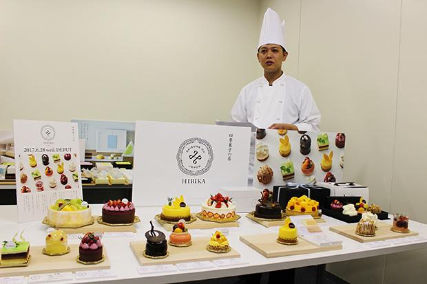 ケーキへのこだわりを説明する野田朋宏さん。国産をメインにその時期においしい素材を使っていくと言う
