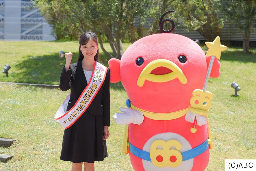 津田理帆アナウンサーと、朝日放送キャラクター・エビシー