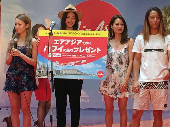 会場には吉田夏海、黒木なつみ、黒田まゆか、伊東大輝も駆け付け、サーフブランド「ロキシー」のビーチファッションショーもおこなわれた