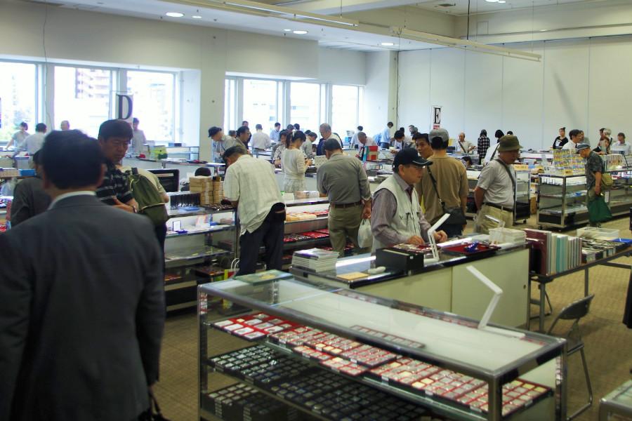 来場者のほとんどがコレクター。高価なものが多いだけに警備体制も万全(17日・大阪市内)