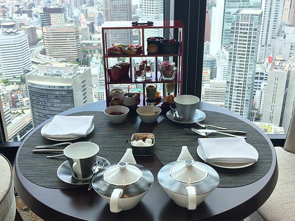 地上200メートル、40階からの眺望は、どのレストランからも体験できる。「40 スカイバー&ラウンジ」は西向きで、サンセットもすばらしい