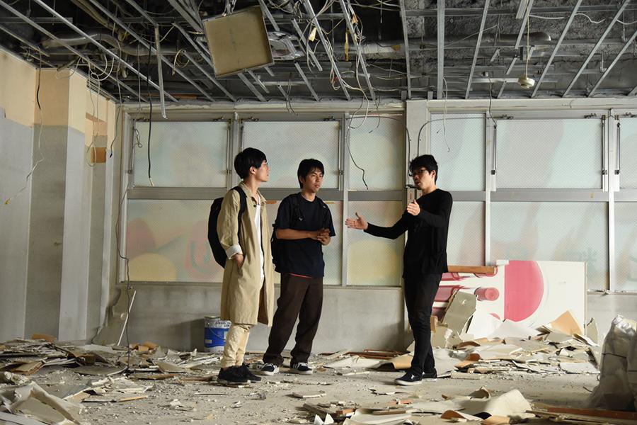 「出町座(仮)」立ち上げメンバーが集った工事現場、右がシマフィルムの田中誠一さん