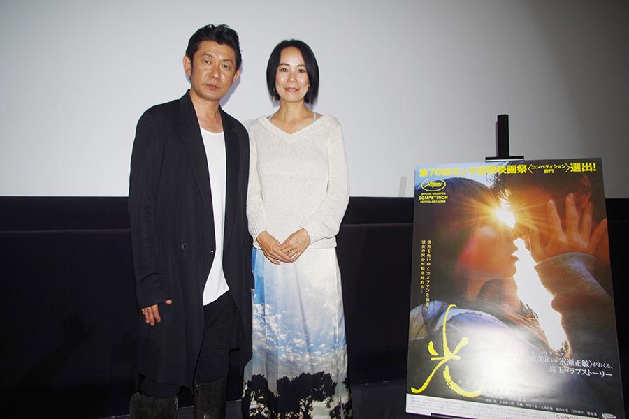 映画『光』の舞台挨拶に登場した主演の永瀬正敏(左)と河瀬直美監督(3日・大阪市内)