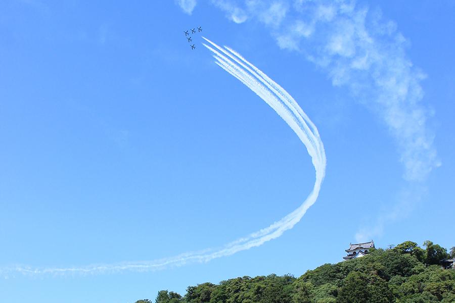 彦根城上空でおこなわれた航空自衛隊ブルーインパルスの展示飛行(4日・彦根市)