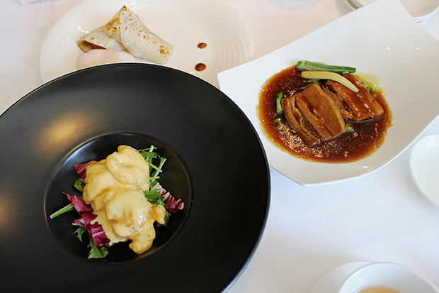 4種から選べるメイン料理から、海老のマンゴー風味マヨネーズ、マンゴー北京ダック、豚バラ肉の柱侯醤煮込み