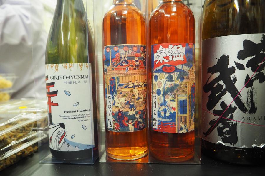 真ん中が、このイベントで復刻した、猫好きのための限定梅酒「猫乃温せん梅酒」1本1800円(中畝酒店)