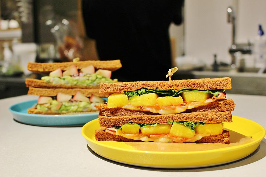 黒パンの「デリサンド」は、左からAサンド、Pサンド各780円