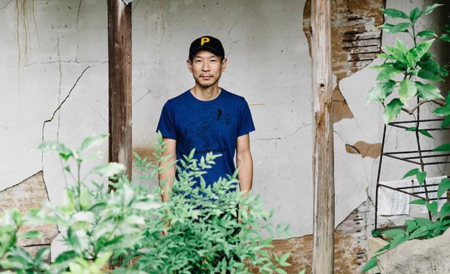 トウヤマタケオは、1965年兵庫県生まれの音楽家。尾道市在住