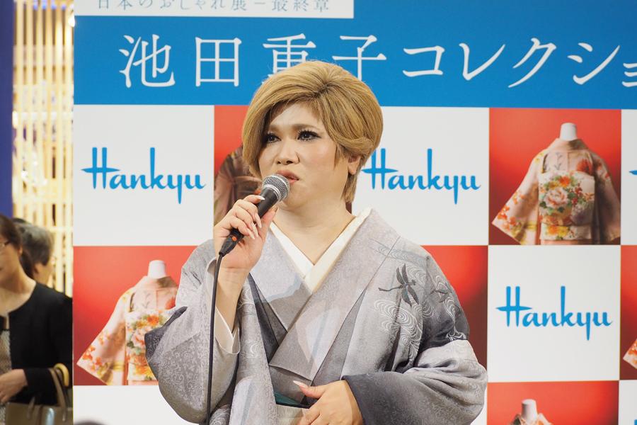 『池田重子コレクション 日本のおしゃれ展』のトークショーに登場したIKKO(7日、阪急うめだ本店祝祭広場)