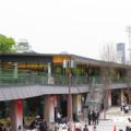 大阪城公園駅から見る同施設。天守閣も顔を覗かせる