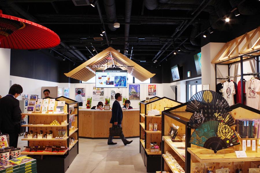 公園利用者のための案内所。大阪城にまつわるグッズや土産物も販売されている