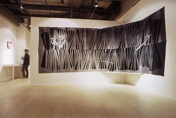 加賀城健《Discharge-かみなりおこし》 別珍、ハイドロサルファイト 184.0×500.0cm 2006年 ※6/16〜7/9に展示