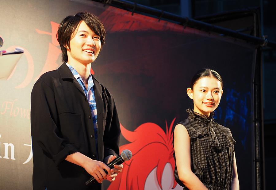 映画『メアリと魔女の花』のトークイベントに登場した神木隆之介(左)と杉咲花(28日・大阪市内)
